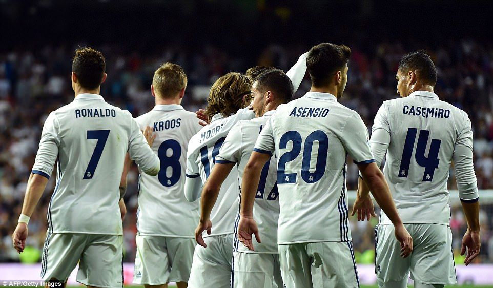 4052FA3E00000578-4505252-The_Real_Madrid_players_return_to_the_centre_circle_after_Kroos_-a-6_1494797599234