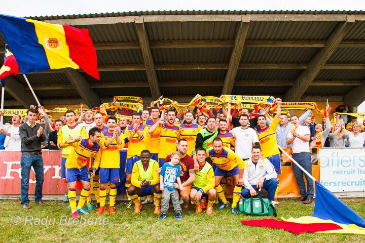 Jucătorii și fanii FC România. Sursă foto: fcromania.com
