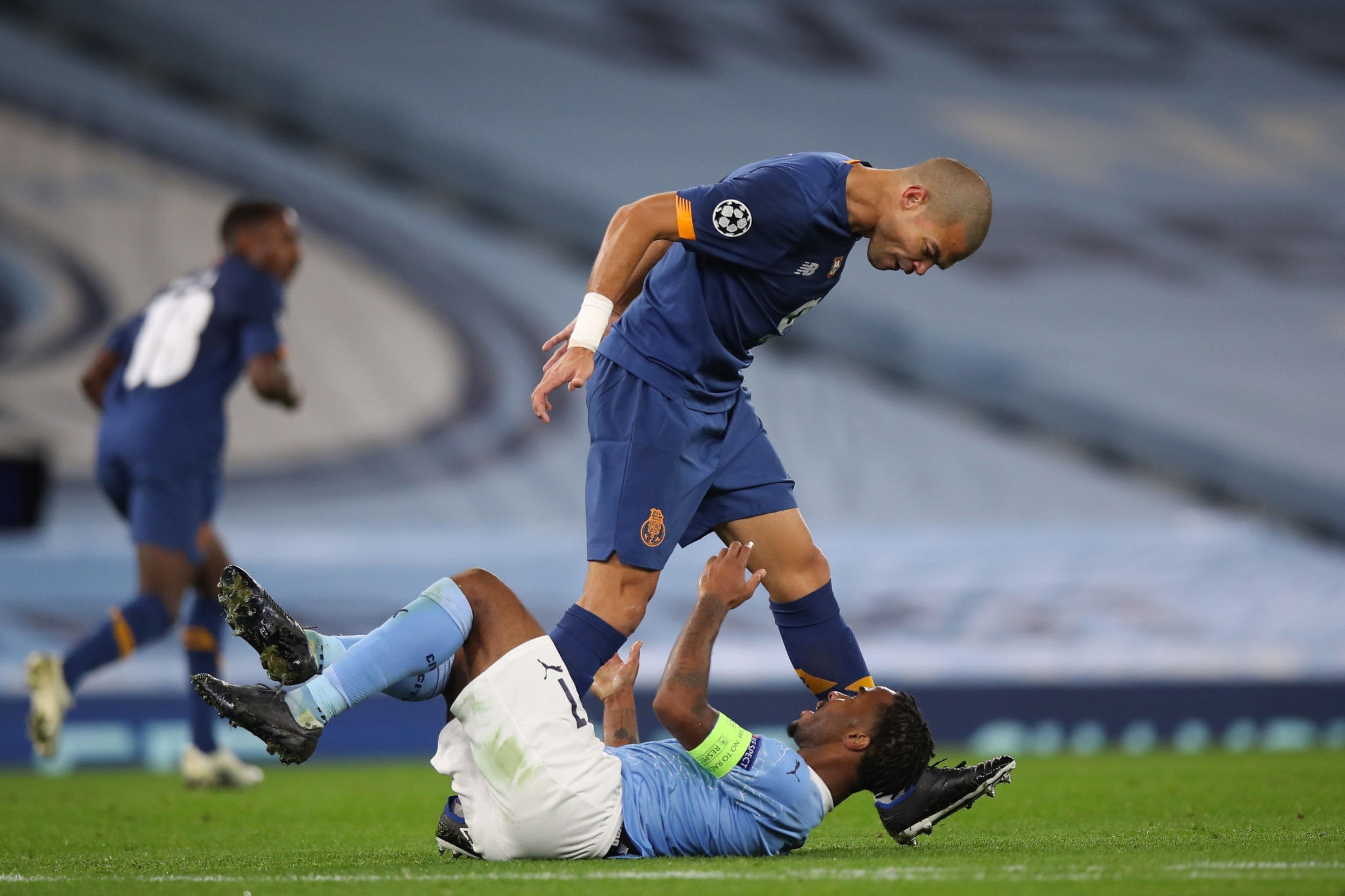 Pepe în duel cu Raheem Sterling. Sursă foto: Twitter