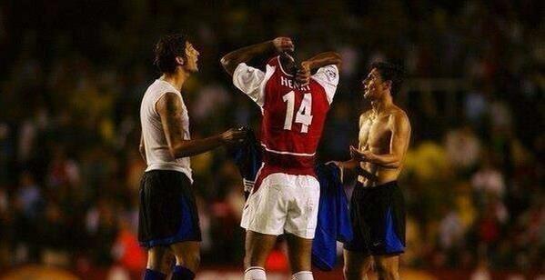 De ce fotbaliștii fac schimb de tricouri. Sursă foto: goal.com