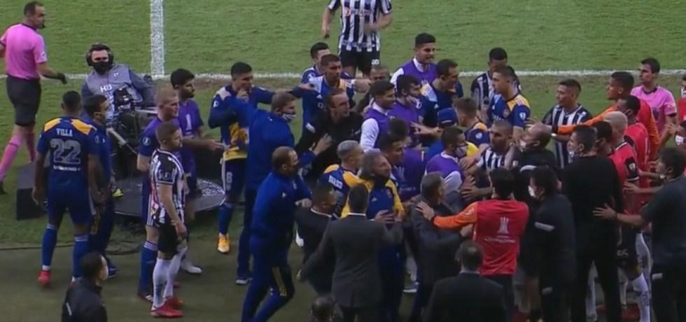 Poliția a reținut jucătorii și staff-ul de la Boca Juniors după bătaia din meciul cu Atletico Mineiro. Sursă foto: goal.com