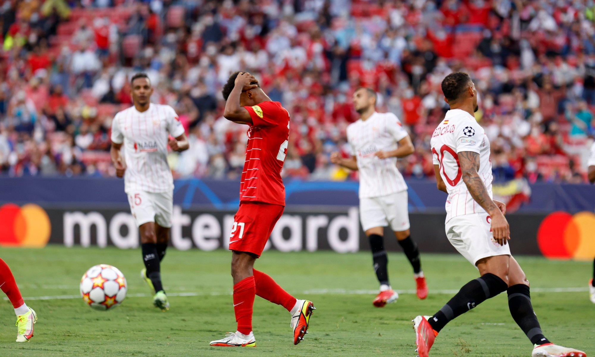 Patru penalty-uri dictate în prima repriză. Doar două au fost transformate. Sursă foto: twitter.com